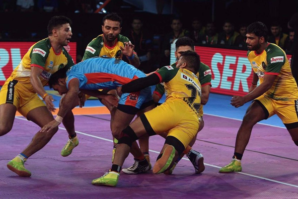 Pro Kabaddi League : Patna Pirates holds Bengal Warriors on draw in season 5 match - Sports News in Hindi