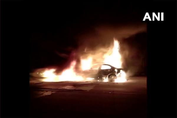 5 people burnt alive in a car fire when they hit a container on the Yamuna Expressway in Agra - Agra News in Hindi