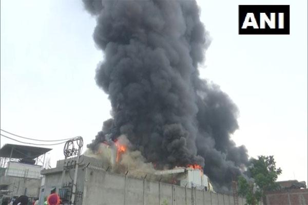 पंजाब के अमृतसर में ड्राई फ्रूट की फैक्ट्री में लगी आग, देखें तस्वीरें