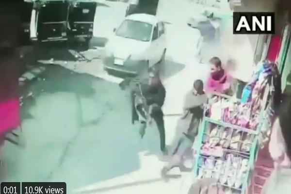 See how a terrorist opened fire in Srinagar, two policemen injured - Srinagar News in Hindi