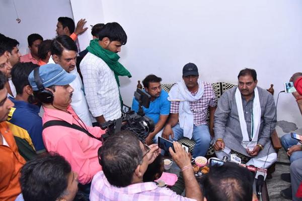 अर्जुन चौटाला के लिए घर-घर जाकर अभय चौटाला ने मांगे वोट
