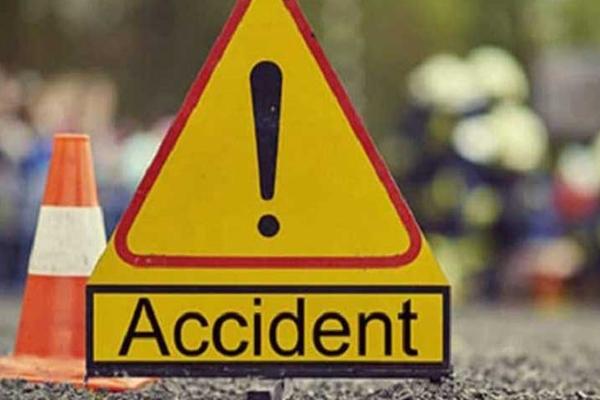 उत्तर प्रदेश के देवरिया में  कार ट्रक में जा घुसी, कार में सवार छह लोगों की मौत