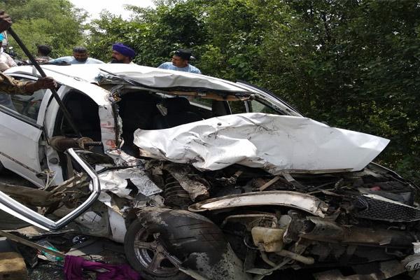 बस-कार भिडंत में दादी-पोते समेत 3 की मौत