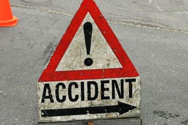 खड़े ट्रक से टकराई एंबुलेंस, मरीज सहित 8 लोगों की मौत