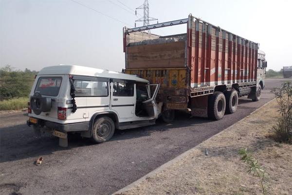 खड़े ट्रक के पीछे बोलेरो जीप टकराई, एक बच्ची की मौत, 6 लोग घायल