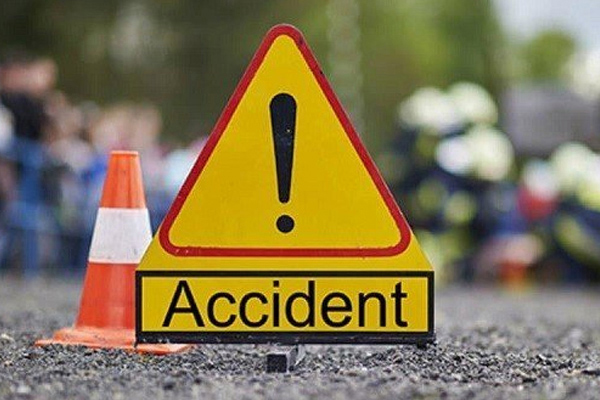 4 people killed when a vehicle collided with a roadside container in Rajgarh, Madhya Pradesh - Rajgarh News in Hindi