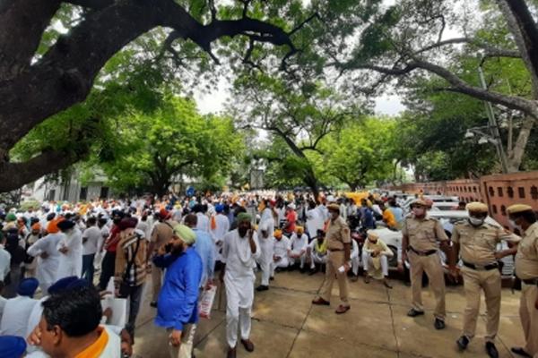 कृषि कानून के एक साल पूरे होने पर शिरोमणि अकाली का प्रदर्शन, हरसिमरत कौर ने कहा: सरकार ने किसानों के साथ किया विश्वासघात
