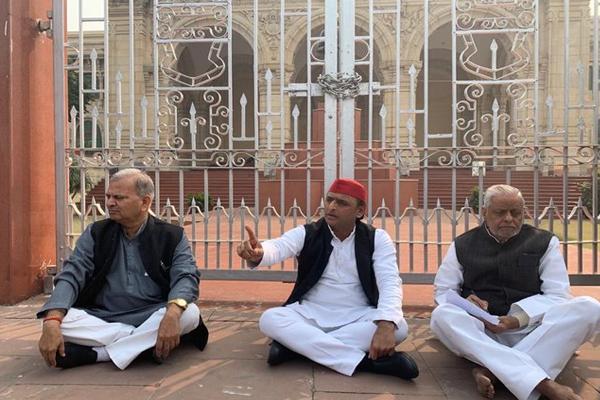 अखिलेश यादव बोले- UP के CM , राज्य के गृह सचिव और DGP इस्तीफा दें
