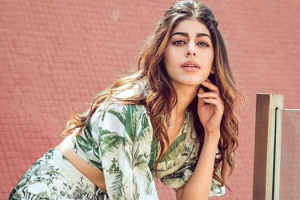 Alaya F has a quirky spin to Romeo and Juliet by William Shakespeare in her latest post on social media - Bollywood News in Hindi