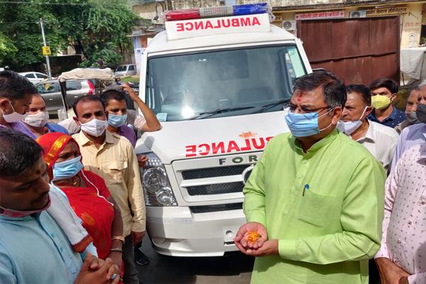 भाजपा प्रदेश अध्यक्ष डॉ. सतीश पूनियां ने आमेर सामुदायिक स्वास्थ्य केन्द्र को उपलब्ध करवाई आधुनिक एम्बुलेंस