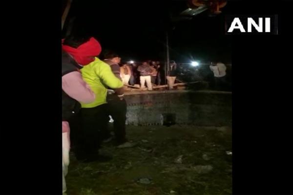 Madhya Pradesh: Car falls into well at night, 6 people dead, 3 rescued - Chhatarpur News in Hindi