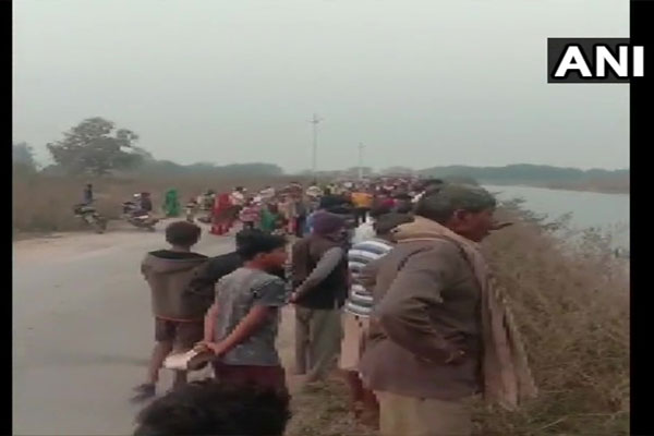 Madhya Pradesh: Bus in Canal seeps into canal water, 7 passengers rescued - Bhopal News in Hindi