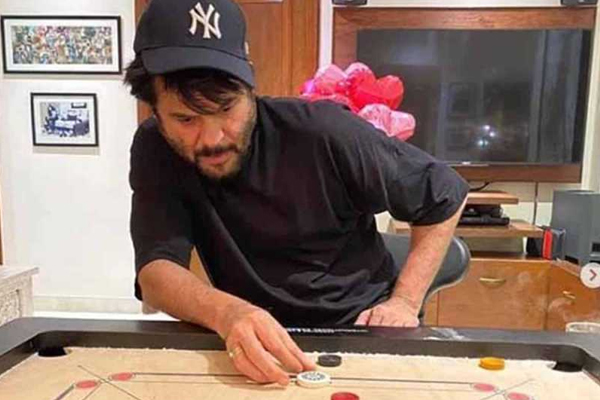 Lockdown diaries: Anil Kapoor and wife hone carrom skills - Bollywood News in Hindi