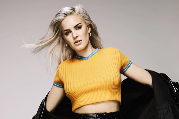 Why Anne-Marie found performing before Tom Jones pretty mad - Hollywood News in Hindi