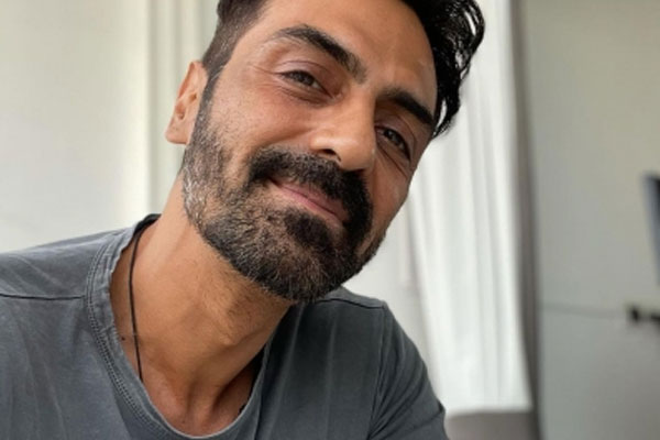 Arjun Rampal tests negative, says quick recovery due to vaccine - Bollywood News in Hindi