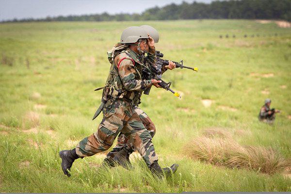 terrorist attack at bandipora in jammu kashmir 2 soldiers injured - Srinagar News in Hindi