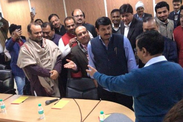 sealing issues: High Drama at Arvind Kejriwal Residence, BJP Leaders Accuse AAP MLAs of Insulting Them - Delhi News in Hindi