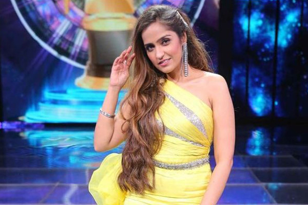 Asees Kaur: Learnt how to record my music during lockdown - Bollywood News in Hindi