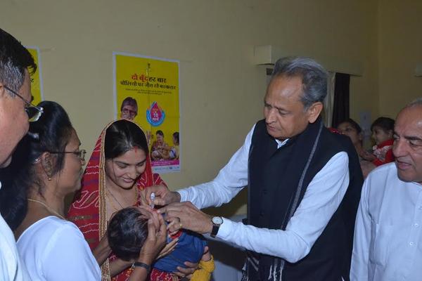 मुख्यमंत्री ने पिलाई बच्चों को पोलियो की दवा