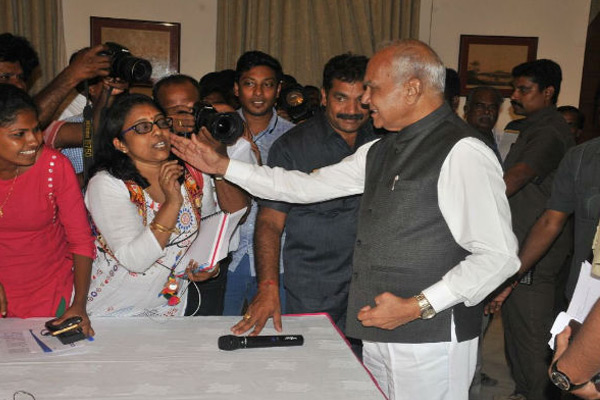 Tamil Nadu Governor Pats Woman Journalist On Cheek Without Consent, Triggers Outrage - Chennai News in Hindi