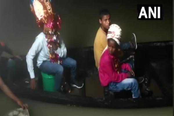 बिहार में बाढ़ के कारण नाव से बारात पहुंची, नाव में दुल्हन हुई विदा, देखें तस्वीरें
