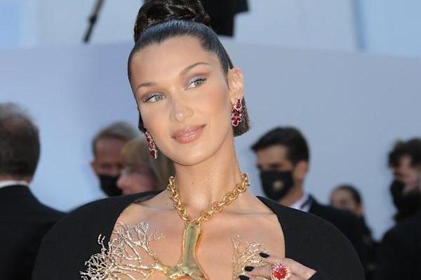 कॉन्स 2021 में बेला हदीद की एंट्री ने बटोरी लाइम लाइट