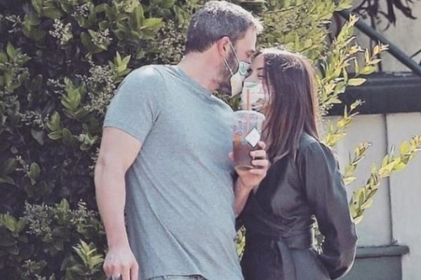 Love in time of quarantine: Ben Affleck, Ana de Armas kiss with masks on! - Masala Gossips in Hindi