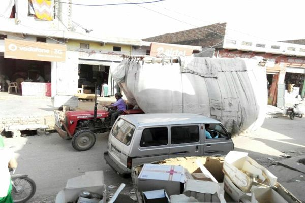 environment of fear from overloaded vehicles in the market - Bharatpur News in Hindi