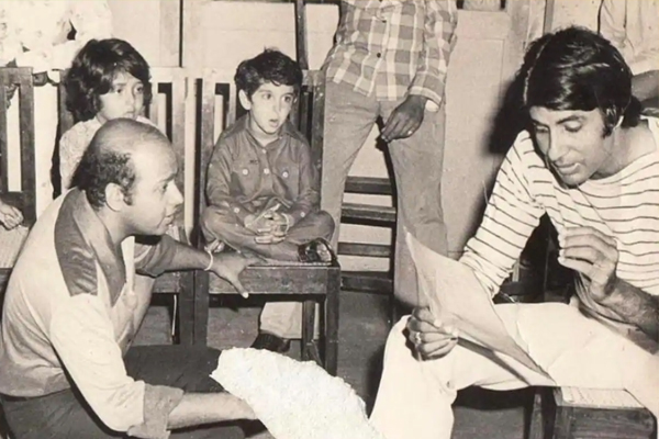 Big B throwback pic from Mr Natwarlal set with Hrithik as a child - Bollywood News in Hindi