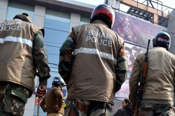 बिहार में नकली शराब हादसा मामले में 4 पुलिसकर्मी निलंबित