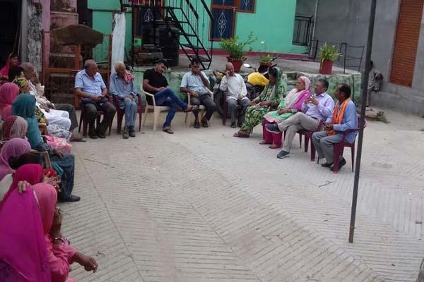 पानी नहीं सड़कों की भी हालत खस्ता, ग्रामीणों ने सुभाष ठाकुर से लगाई गुहार