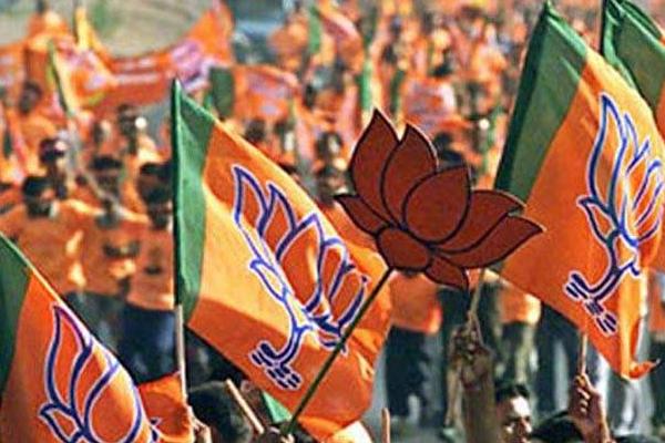 BJP workers attacked TRS MLA house in Telangana - Adilabad News in Hindi