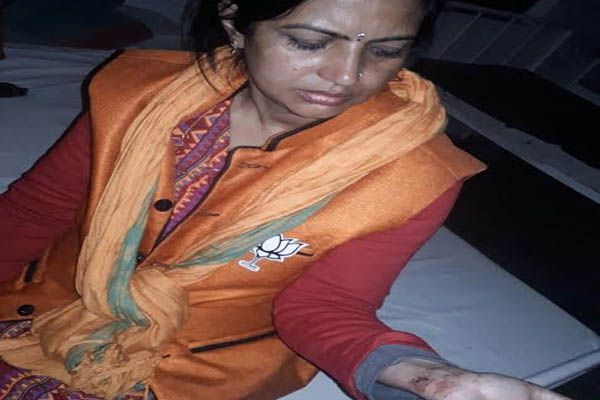 attack on BJP candidate daughter during the election campaign in kushinagar - Gorakhpur News in Hindi