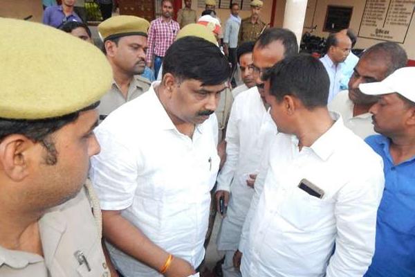 UP : बलिया के DM से हाथापाई में BJP नेता गिरफ्तार