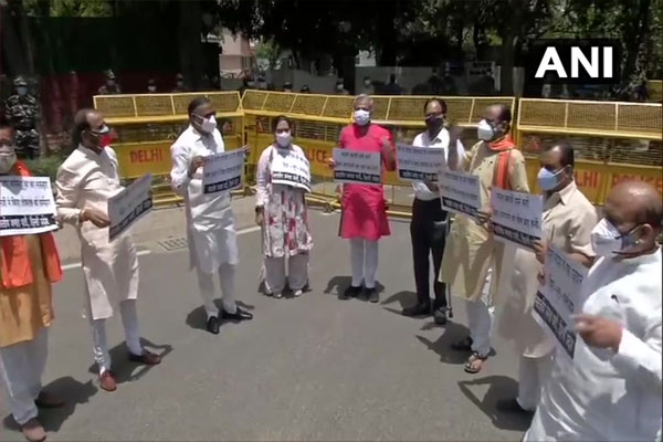 BJP protests outside West Bengal guest house in Delhi against violence, see photos - Delhi News in Hindi