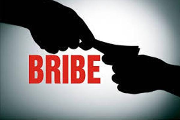 समाज कल्याण विभाग का कर्मचारी रिश्वत लेते गिरफ्तार