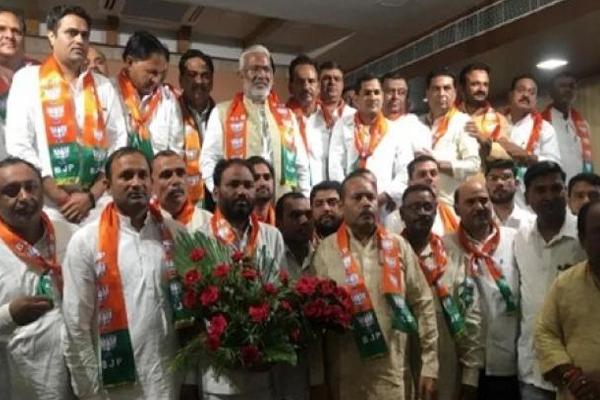 Uttar Pradesh : उपचुनाव से पहले BSP को झटका, 24 BSP नेता BJP में हुए शामिल