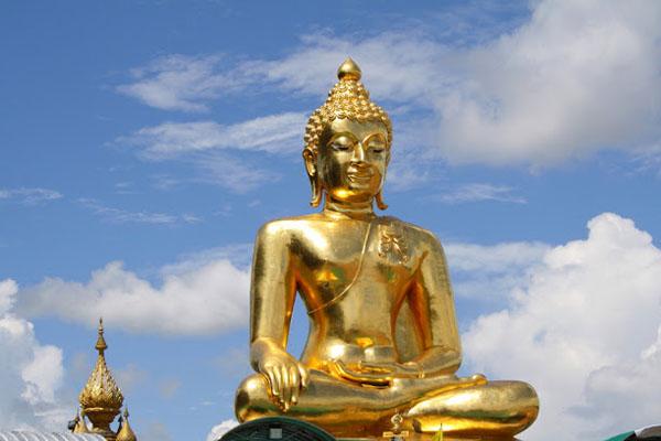 यहां है सोने की सबसे बड़ी मूर्ति, जानिए इसके ऊपर क्यों चढ़ाया गया है प्लास्टर