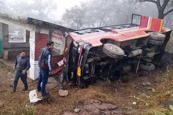Uncontrollable bus turns over, injures ten passengers - Kangra News in Hindi