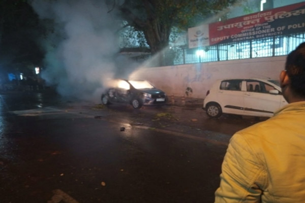 Citizenship Act: Protestors set fire to car near DCP office in Delhi - Delhi News in Hindi