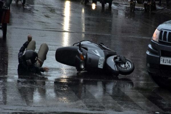 Mercedes car crushed 3 in Mohali - Mohali News in Hindi