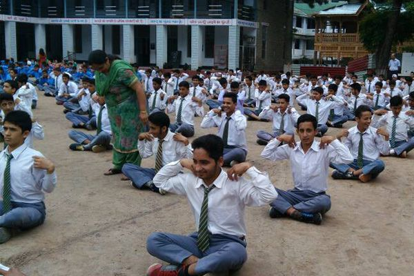 Children done Yoga on World Yoga Day in School, Staff is not behind - Mandi News in Hindi