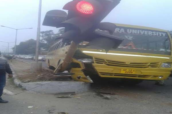 College bus crashed, accident happened due to save the car - Chandigarh News in Hindi