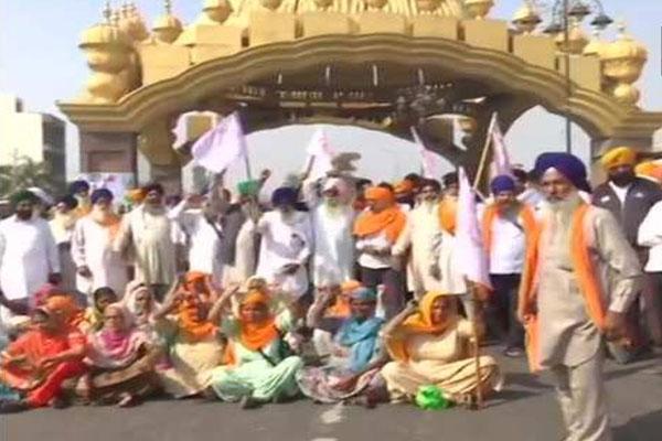Farmers block passenger rail service in Amritsar - Amritsar News in Hindi