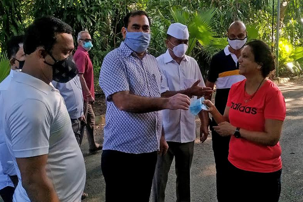 Udaipur Collector unique Satyagraha, distributed masks to people without a mask - Udaipur News in Hindi