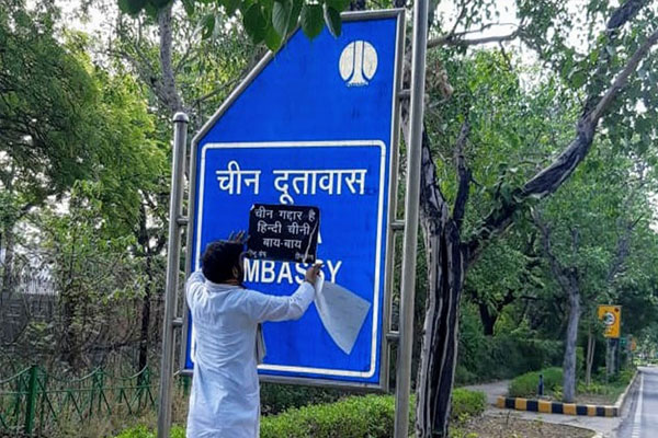 Hindu army put out poster of Hindi-Chinese bye bye outside Chinese Embassy - Delhi News in Hindi