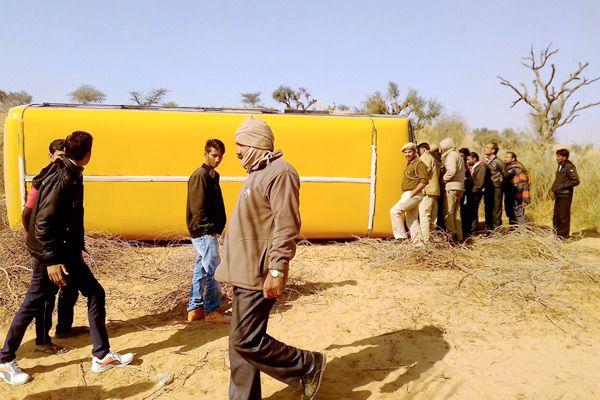 The driver was on vacation, reflex the school bus from teacher, 35 children injured - Churu News in Hindi
