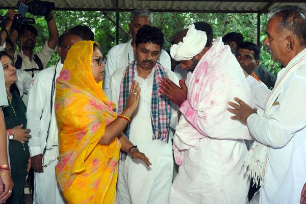 मुख्यमंत्री ने विधायक जीतमल खांट और उनके परिजनों को बंधाया ढांढ़स