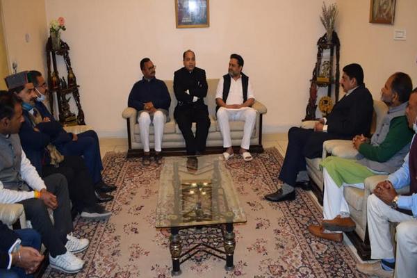 मुख्यमंत्री ने स्वर्गीय सुजान सिंह पठानिया के घर पहुंचकर परिजनों से संवेदनाएं व्यक्त की