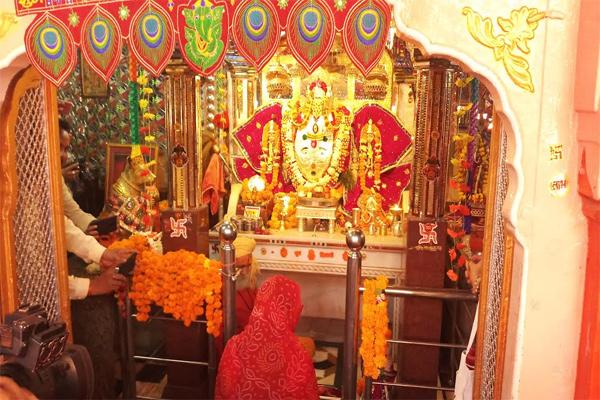 CM Raje worshiping at Trinity Ganesh temple - Sawai-Madhopur News in Hindi